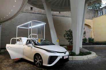 天主教教宗日前收到全新氫燃料電池動力座車─Toyota Mirai