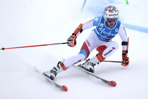 Gisin holds big lead over Shiffrin in 1st giant slalom run
