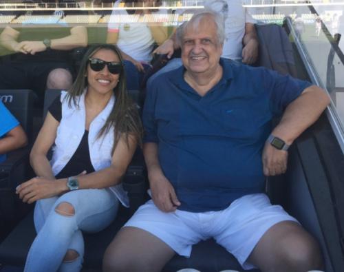 Marta vê jogo na Vila, visita Modesto e fala em voltar um dia ao clube