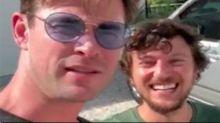 Chris Hemsworth, el gran samaritano de Australia, recoge a un autostopista en plena carretera