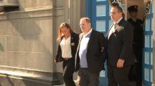 Harvey Weinstein sale de la comisaría esposado tras enfrentar cargos de violación y abusos sexuales