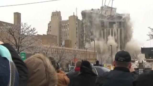 'Oohs and aahs' as Michigan building is demolished
