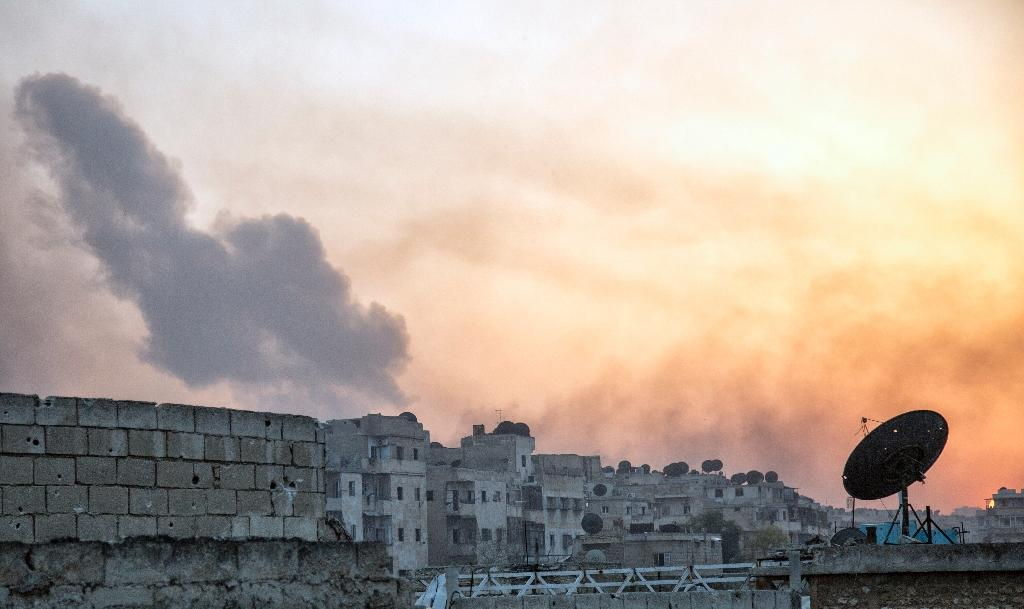Smoke billows from the frontline district of Dahiyet al-Assad following an attack by rebels on Syrian regime forces in the northern city of Aleppo (AFP Photo/Karam Al-Masri)