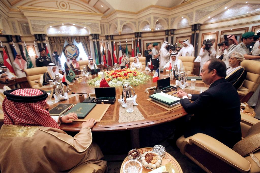 French President Francois Hollande (R) attends the summit of the Gulf Cooperation Council on May 5, 2015 in Riyadh (AFP Photo/Christophe Ena)