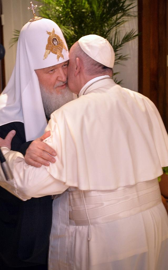 Pope Francis (R) and the head of the Russian Orthodox Church, Patriarch Kirill, kiss each other during a historic meeting in Havana on February 12, 2016 (AFP Photo/Adalberto Roque)
