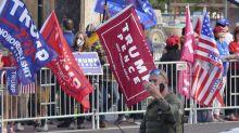 FOTOS | Seguidores de Trump se reúnen frente al hospital donde está internado por Covid-19; Trump los sorprende