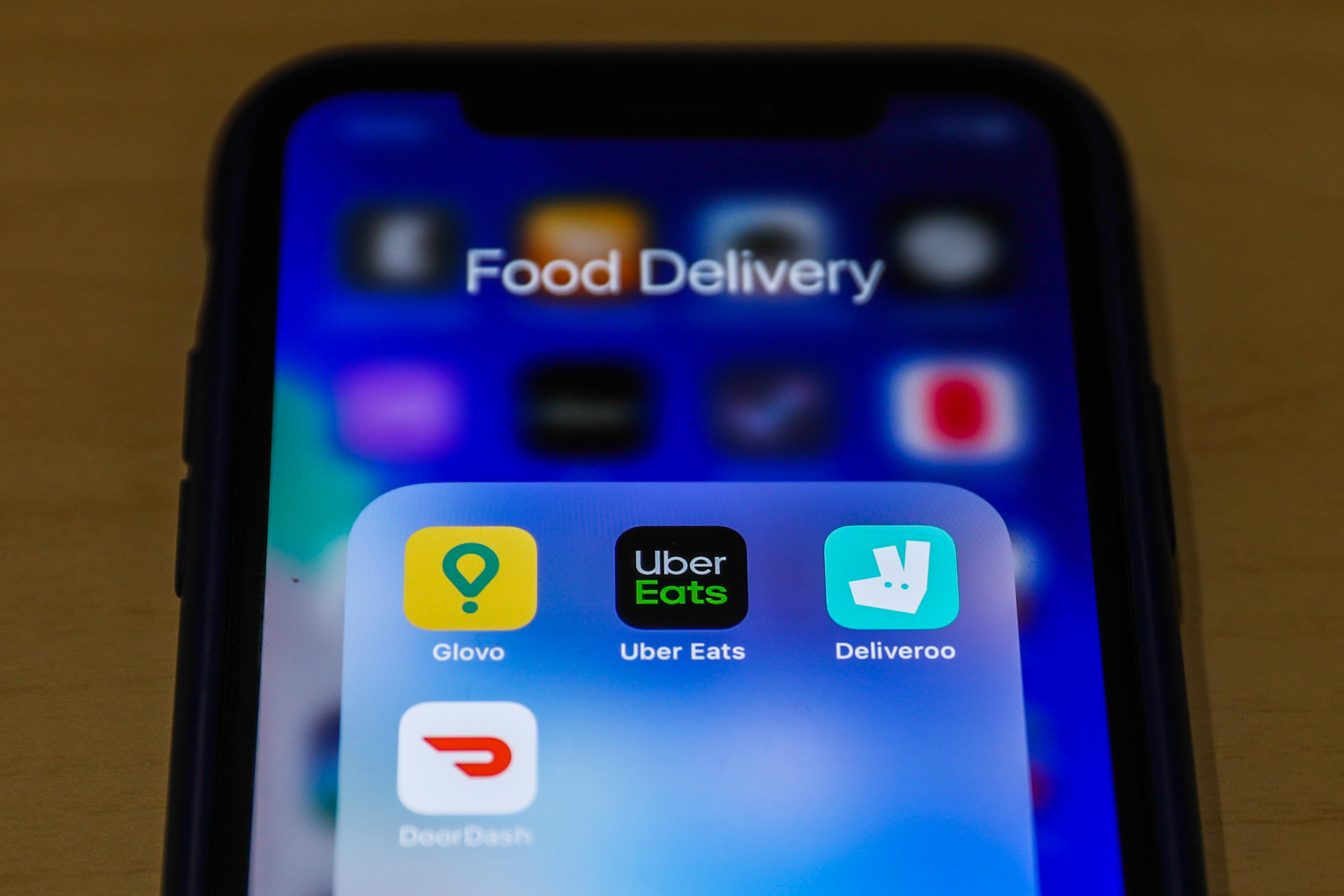 Sen. Warren calls on food delivery apps to reclassify workers, increase pay during pandemic