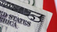 Forex, dollaro vicino a minimi da un mese su dati macro deboli, rally sterlina, euro