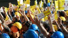 El papa, ovacionado en una fábrica en Génova, critica a los especuladores
