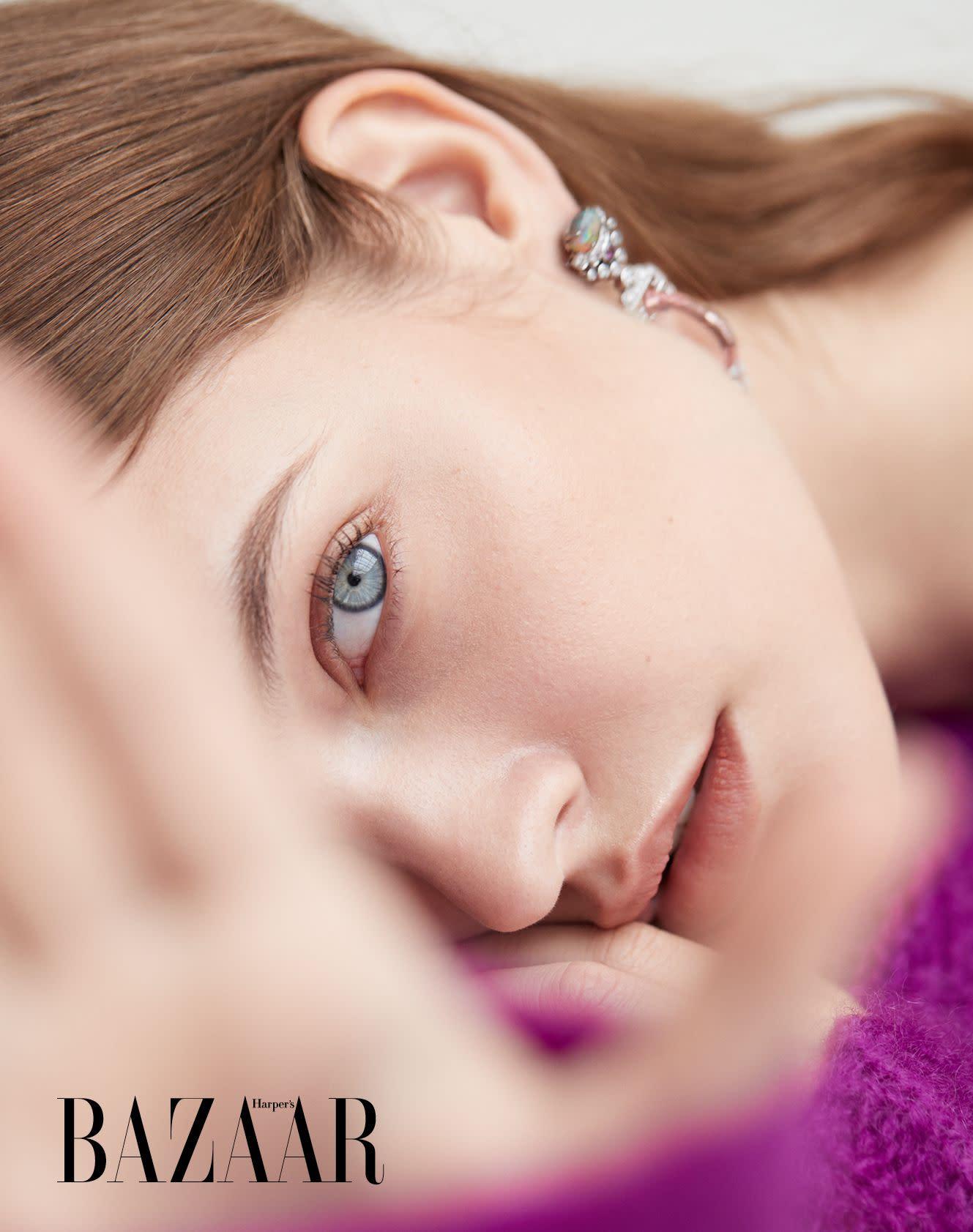 針織衫,Isabel Marant;耳環,Cartier。