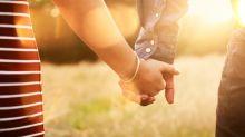 Una buena razón para sujetar (¡y apretar!) la mano de tu pareja
