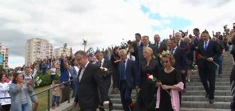 Minsk: fiori contro la violenza della polizia, come durante la rivoluzione ucraina di Maidan