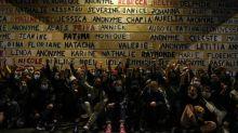 """Paris: un mémorial aux victimes de féminicides pour le premier anniversaire des """"colleuses"""""""