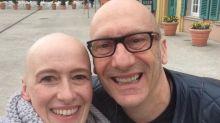 Ela sobreviveu ao câncer e agora coleciona selfies com 'colegas carecas' para normalizar a falta de cabelos