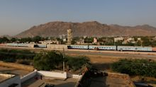 (FOTOS) El tren reconvertido en hospital que lleva esperanza a los pueblos de la India