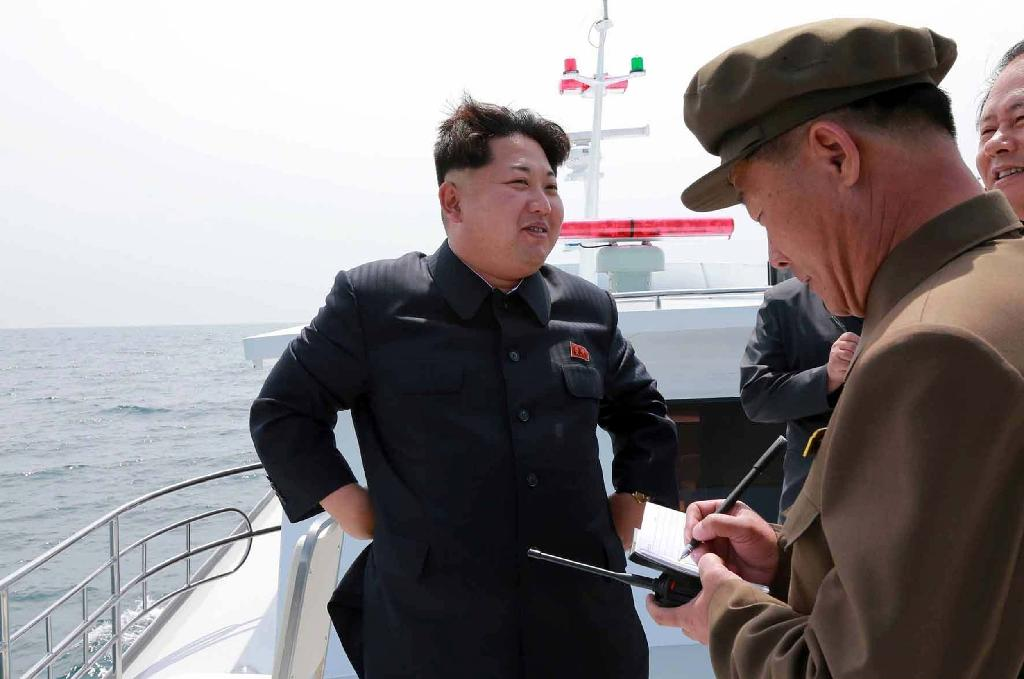 North Korean leader Kim Jong-Un (L) observes an underwater test-fire of a submarine-launched ballistic missile, at an undisclosed location at sea, on May 8, 2015 (AFP Photo/-)