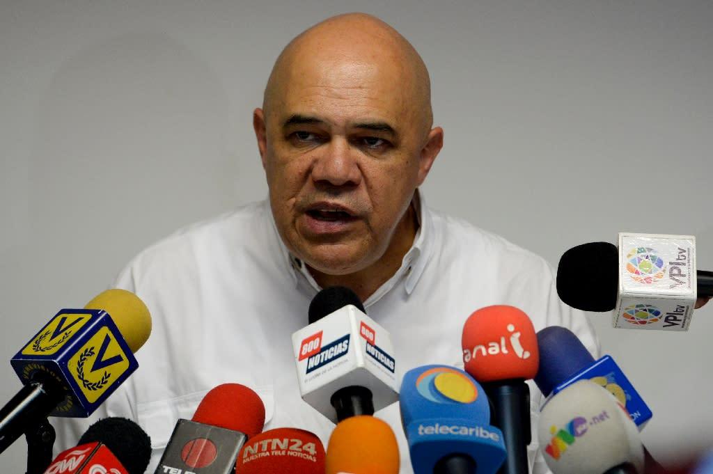 Jesus Torrealba -- the leader of Venezuela's opposition Democratic Unity Roundtable (MUD)-- speaks to reporters in Caracas, on December 2, 2016 (AFP Photo/Federico Parra)