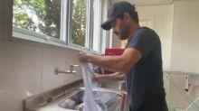 """Esposa mostra Luciano Camargo lavando roupa em casa: """"Marido perfeito"""""""