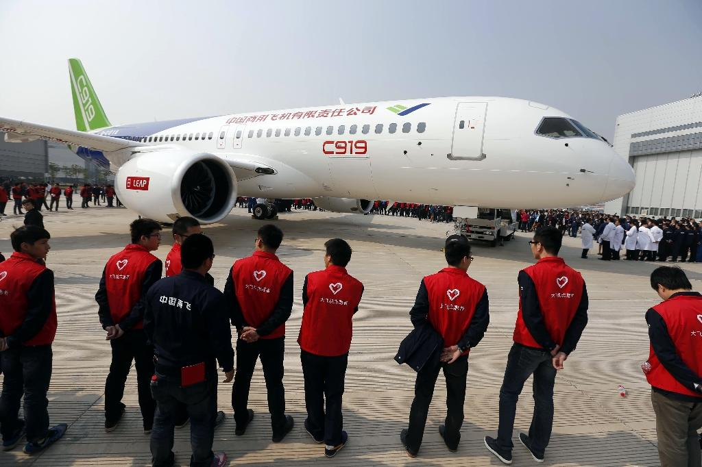 China's first big passenger plane C919, a narrow-body jet which can seat 168 passengers, rolls off the assembly line in Shanghai, on November 2, 2015 (AFP Photo/-)