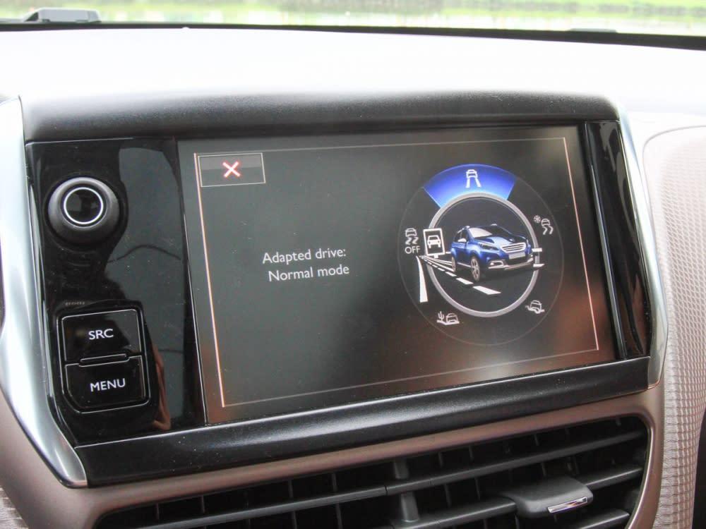 中控螢幕採用7吋全彩觸控式,能提供油耗、里程以及各項行車資訊顯示。