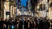 Una fiumana di persone invade il centro di Roma nelle ore che precedono il coprifuoco