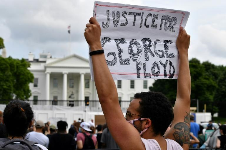 Protesters gather outside the White House on May 29, 2020 in a demonstration over the death of George Floyd, a black man who died in Minneapolis after a white policeman kneeled on his neck for several minutes (AFP Photo/Nicholas Kamm)