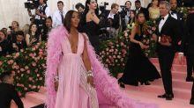 Naomi Campbell: Pink con plumas de Valentino en la Gala MET