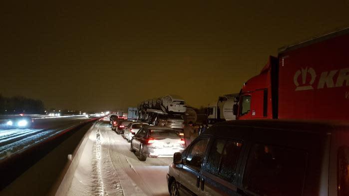 automobilistes bloqu s par la neige sur l 39 a9 on a fait un kilom tre en treize heures. Black Bedroom Furniture Sets. Home Design Ideas