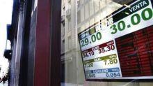 La oferta pública y el menor riesgo país hicieron bajar el dólar