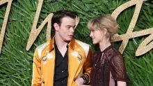 Galeotto il set di Stranger Things: Charlie Heaton e Natalia Dyer sono una coppia!