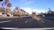 Objeto metálico cayó de un camión y casi mata a conductora (video)