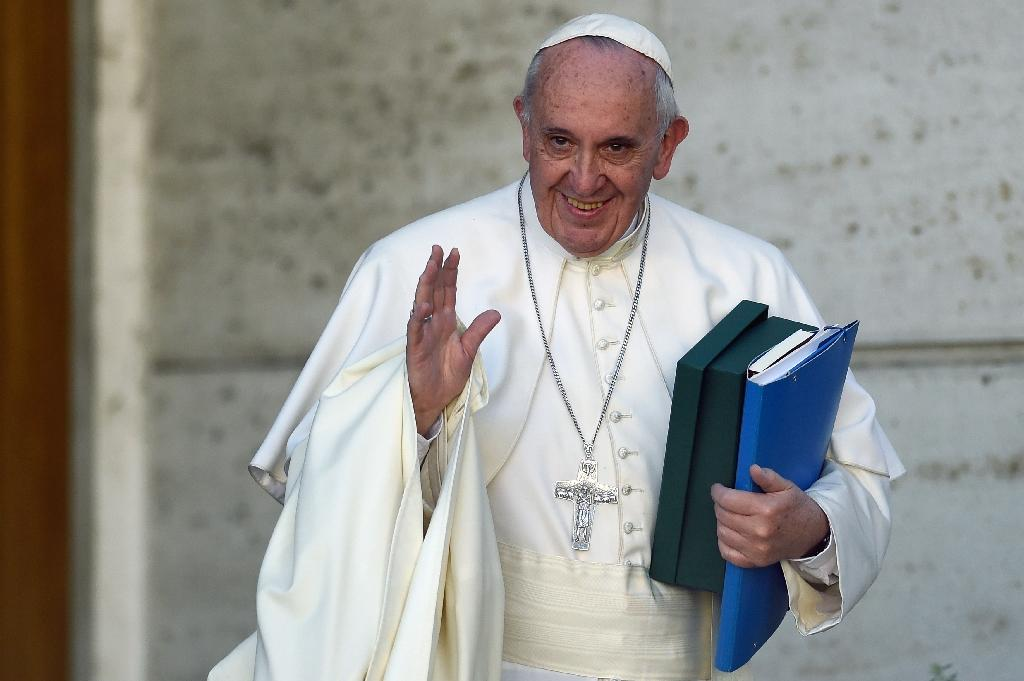 Pope Francis salutes as he leaves the morning session of the last day of the Synod on the Family at the Vatican on October 24, 2015 (AFP Photo/Andreas Solaro)