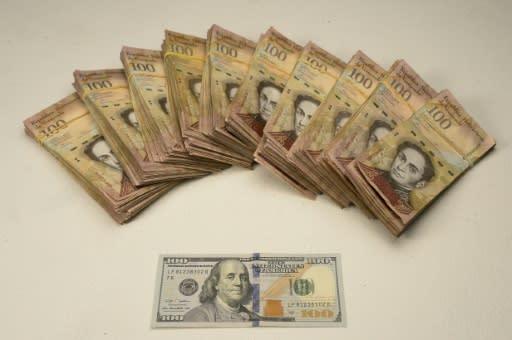 Billetes De Bolívares Venezolanos Junto A Un Billete 100 Dólares Estadounidenses En Una Iración