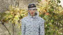 Plastik-Kleidung erobert den Modehimmel auf der Paris Fashion Week
