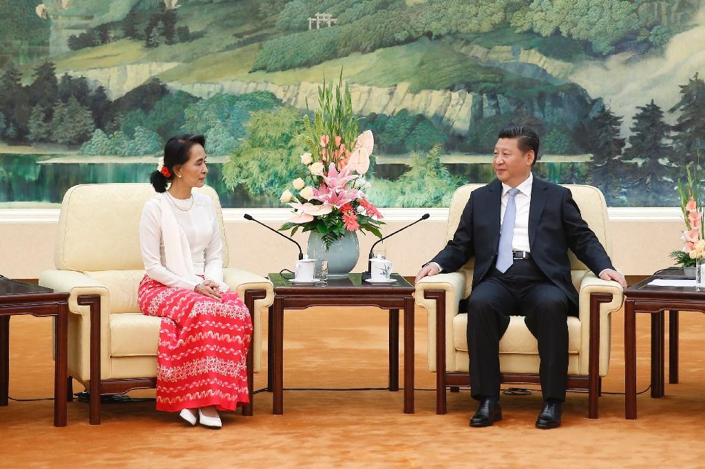 Chinese President Xi Jinping (R) meets Myanmar's pro-democracy leader Aung San Suu Kyi at the Great Hall of the People in Beijing on June 11, 2015 (AFP Photo/)