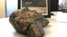 Mondmeteorit bei Auktion für über 600.000 Dollar versteigert