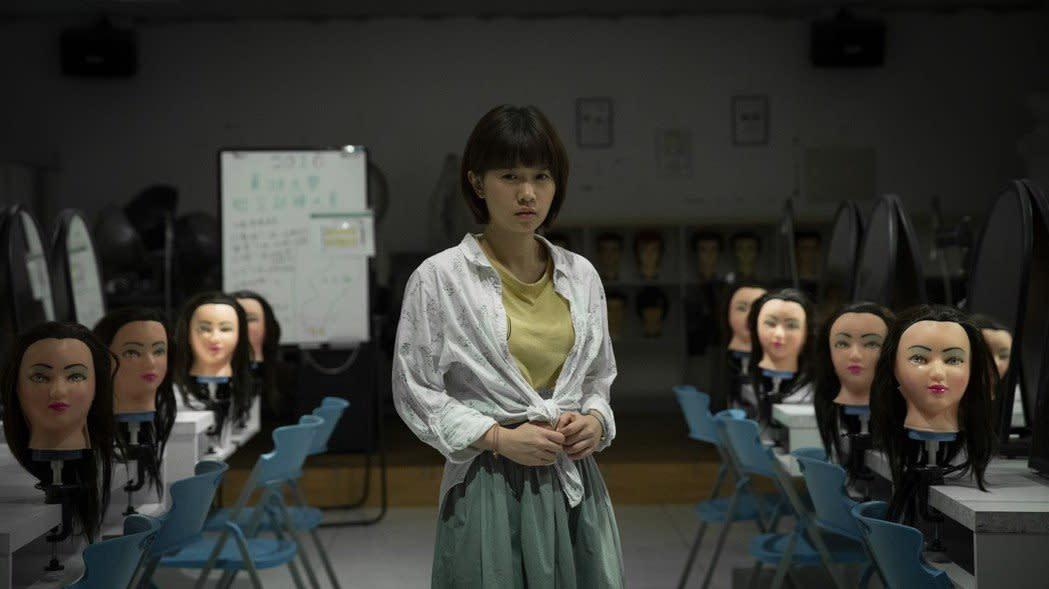 台灣知名傳說的校園鬼《女鬼橋》,2020-02-27上映:每個校園都有不能說的秘密。由林哲熹、嚴正嵐、孟耿如主演,電影改編自台中東海大學校園傳說,曾因直播撞鬼而鬧上新聞,至今在Youtube上依然是超熱門的試膽話題,吸引不少YOUTUBER前往當地挑戰。電影將社群網路、媒體效應、都市傳說等元素融冶於一爐,打造出一齣台灣本土的現代鬼話。鬼其實一直都在,真正的恐怖從來都離我們不遠,這個真相你有辦法承受嗎?(圖:星泰娛樂)