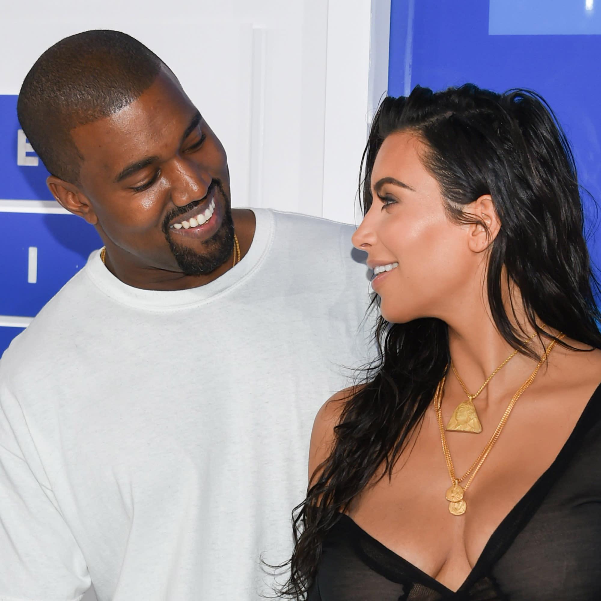 Kanye West tweets naked pictures of wife Kim Kardashian