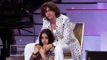 Sangiovanni e Giulia Stabile sempre più innamorati in vacanza con la famiglia del cantante