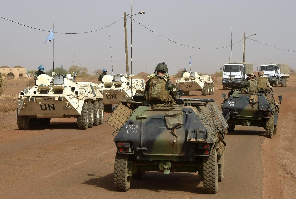 French and UN soldiers patrol near Gao city, northern Mali, on May 30, 2015 (AFP Photo/Philippe Desmazes)
