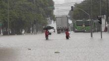 Alagamentos travam São Paulo e população fica presa no trânsito