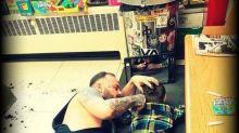 Barbeiro tem a melhor solução para acalmar pequeno cliente com autismo