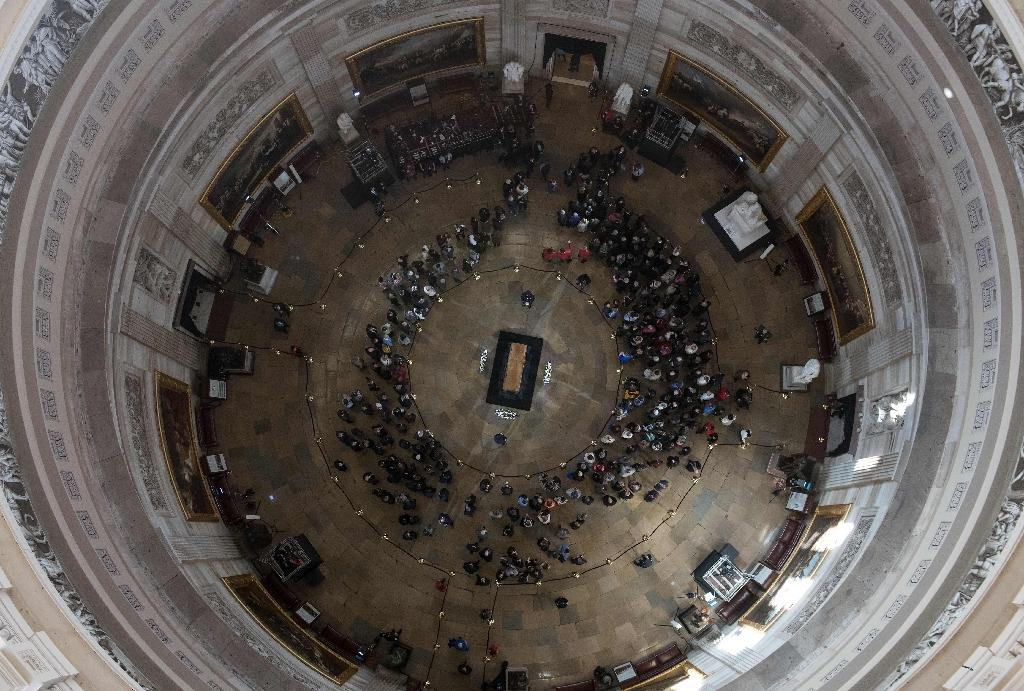 People pay their respects to the Reverend Billy Graham as he lies in honor in the Rotunda of the US Capitol building (AFP Photo/NICHOLAS KAMM)