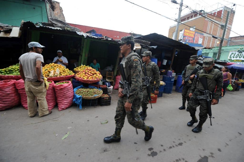 Soldiers patrol Las Americas market in Tegucigalpa on May 8, 2015 (AFP Photo/Orlando Sierra)