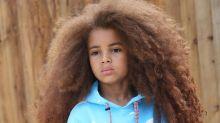 Com vasta cabeleira cacheada, garoto de 7 anos se torna sensação no mundo da moda