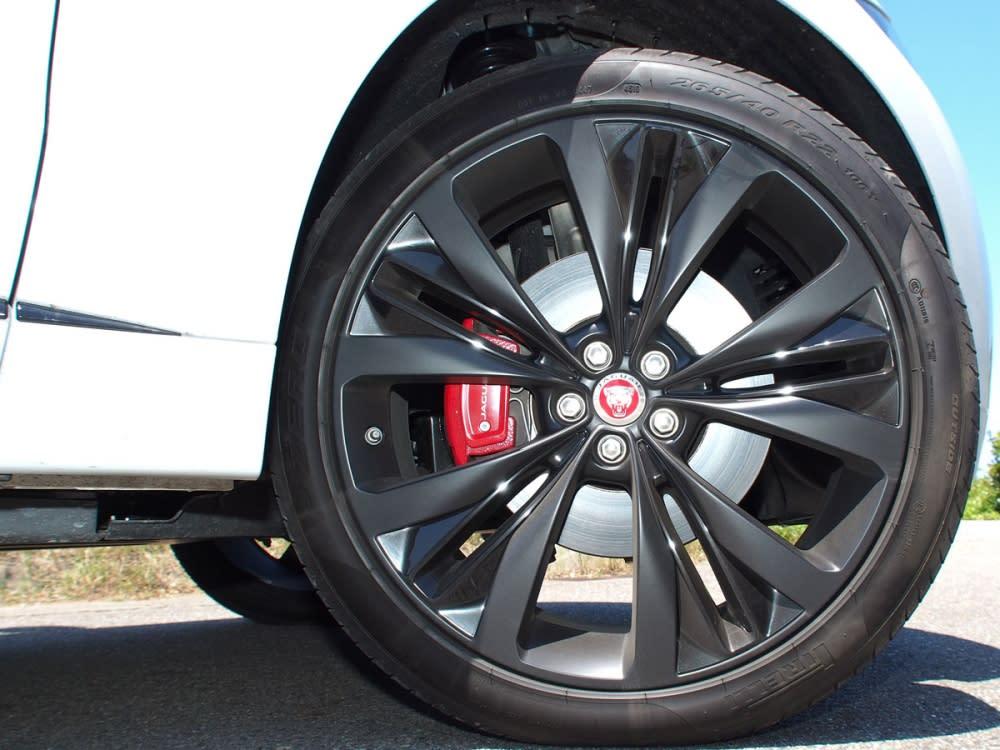20吋五輻雙肋式鋁圈,採雙材質黑色塗裝。