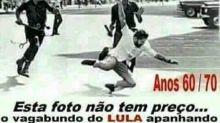 Imagem em que Lula é agredido por policiais é montagem
