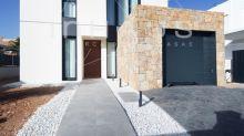 Une maison à l'architecture cubique sous le soleil