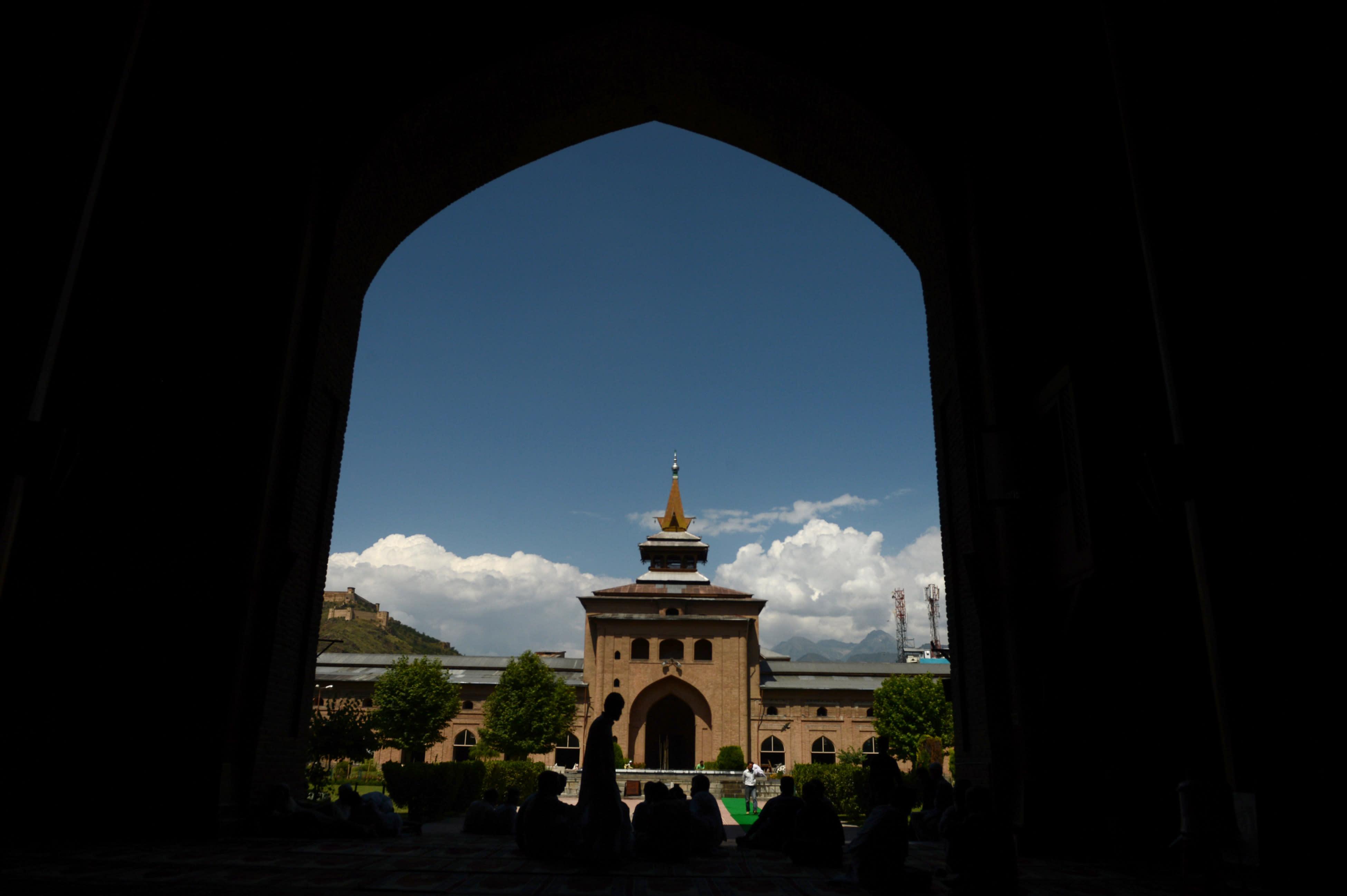 Kashmiri Muslims walk inside the grand mosque Jamia Masjid during Ramadan in downtown Srinagar on July 10, 2014 (AFP Photo/Tauseef Mustafa)