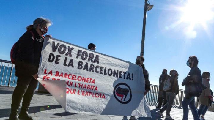 Decenas de personas abuchean a militantes de Vox en Barcelona